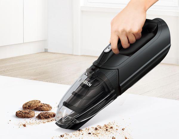 Bosch Akku-Tischsauger: Leicht und handlich für zusätzliche Reinigung.