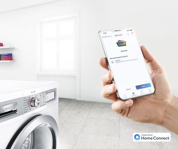 Bạn có thể điều khiển các thiết bị thông minh của chúng tôi bằng điện thoại thông minh của mình.  Và các dịch vụ thông minh của chúng tôi nữa.